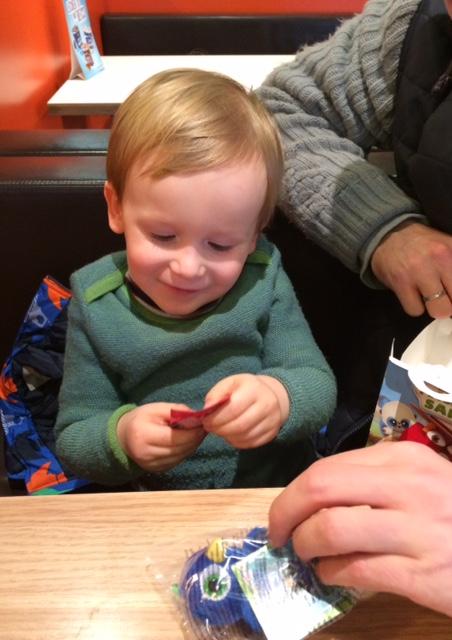 Das erste Happy Meal! Und was macht das Kind? Kippt die Pommes bei McDonalds auf den versifften Tisch und verlangt nach Besteck.
